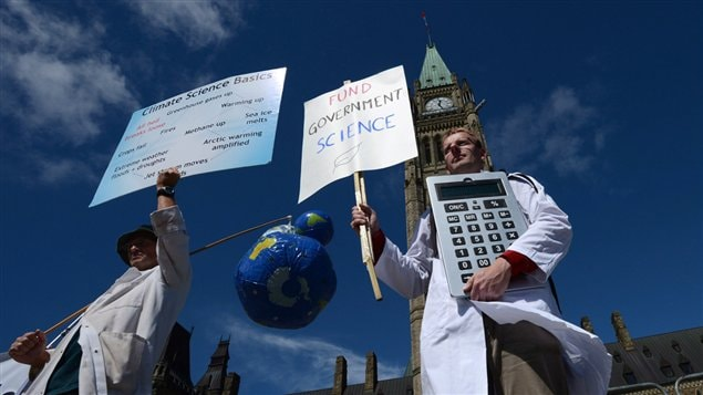 Manifestation de scientifiques devant le Parlement à Ottawa en 2014.