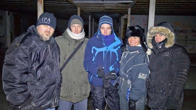 Jocelyn Lebeau (au centre) avec des membres de l'équipe d'APPA Paranormal