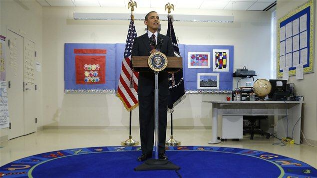 Le président Barack Obama commente le budget lors d'une visite à l'école primaire Powell, à Washington.