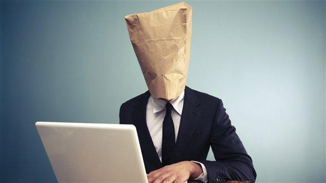 Être complètement anonyme en ligne peut désinhiber