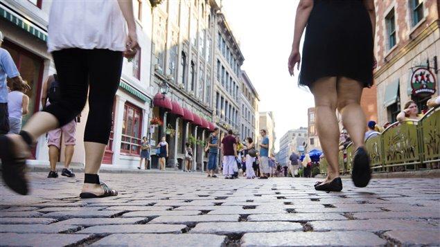 Des piétons dans le Vieux-Montréal