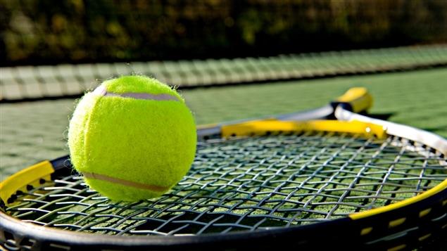 Une raquette et une balle de tennis.