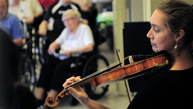 La musicienne Nancy Ricard joue devant des patients du CHSLD J.-Henri-Charbonneau.