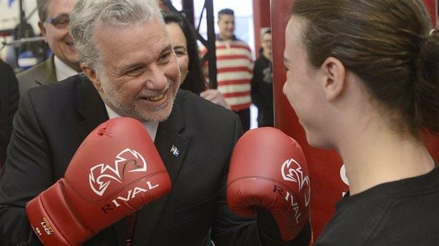 Philippe Couillard a enfilé des gants de boxe lors de son passage dans un gymnase de Montréal-Nord, mercredi.