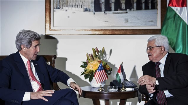 John Kerry y Mahmud Abbas durante un encuentro en Ramala, en enero pasado.