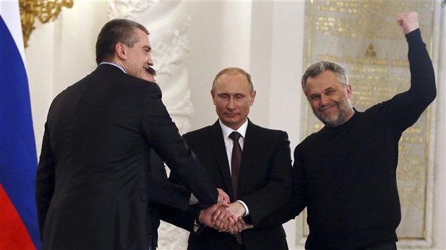 Le président russe a scellé le destin de la Crimée avec le premier ministre de la région, Sergei Aksyonov (gauche) et le maire de Sébastopol, Alexei Chaliy (droite).
