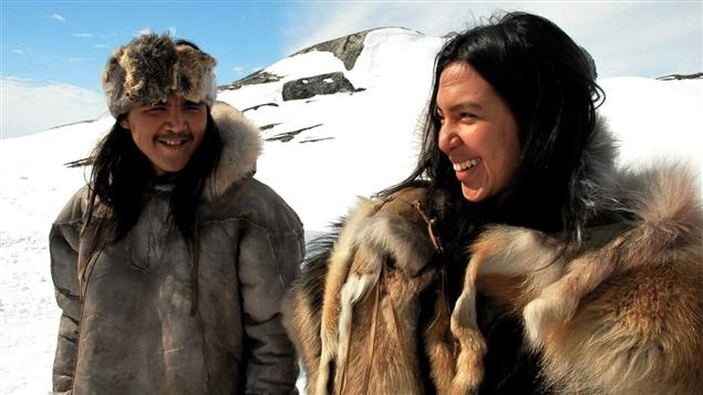 Photographie d'une scène du film Maïna, de Michel Poulette. On y voit les comédiens Ipellie Ootoova et Roseanne Supernault.