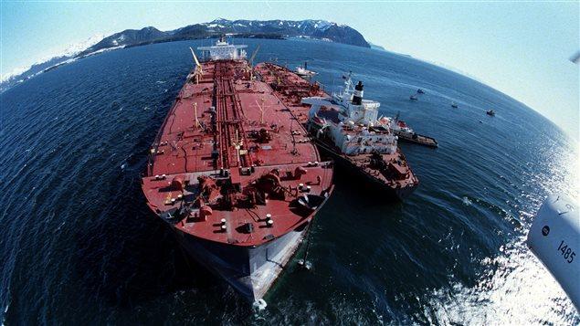 L'Exxon Valdez (à gauche) transférant du pétrole sur un plus petit bateau, quelques jours après la catastrophe du 24 mars 1989