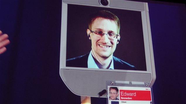 Edward Snowden s'adresse à la foule par vidéo interposé lors d'une conférence à Vancouver, le 18 mars 2014.