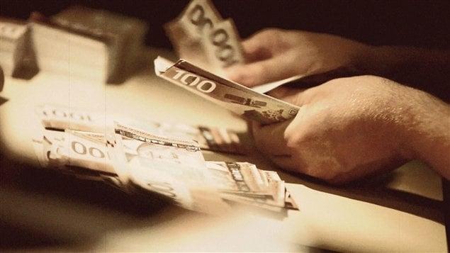 Deux québécois ont été arrêtés à Miami pour avoir blanchi des centaines de milliers de dollars. L'homme d'affaire Éric St-Cyr, et l'avocat Patrick Poulin, qui résident aux Iles Caïmans et Turquoises, sont soupçonnés d'avoir blanchi au moins 200 000 $ provenant d'une présumée fraude bancaire et d'activités criminelles. Compte-rendu du journaliste Christian Latreille.