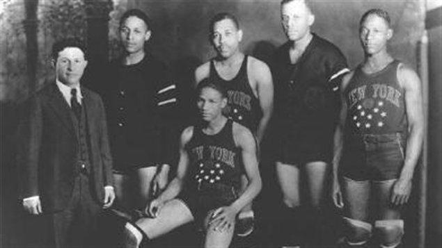 En 1927, Abe Saperstein (à droite) alors âgé de de 24 ans, acquiert le Savoy Big Five, qu'il rebaptise les Harlem Globetrotters.
