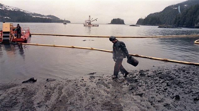 Plage engluée de pétrole dans le détroit du Prince William en Alaska.