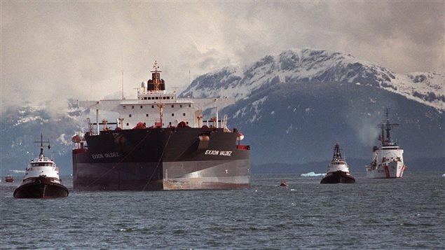 Remorquage du pétrolier Exxon Valdez, deux mois après le déversement de près de 11 milions de gallons de pétrole au large de l'Alaska.