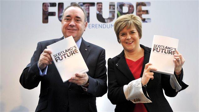 Le 26 novembre 2013, le premier ministre d'Écosse Alex Salmond et la vice-première ministre Nicola Sturgeon présentent leur livre blanc.