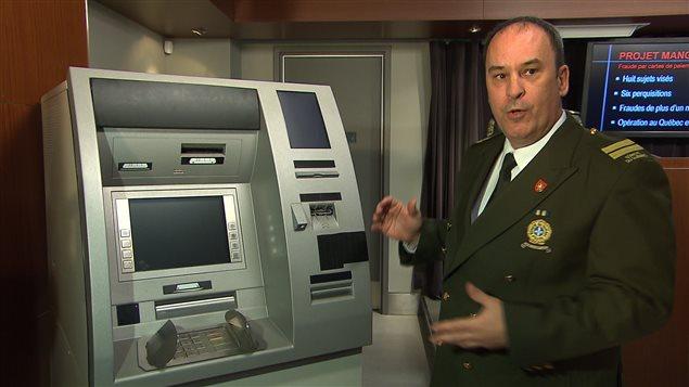 La Sûreté du Québec a expliqué aux journalistes comment fonctionnait le stratagème des fraudeurs.