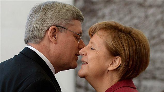 Le premier ministre Stephen Harper est accueilli par la chancelière Angela Merkel.