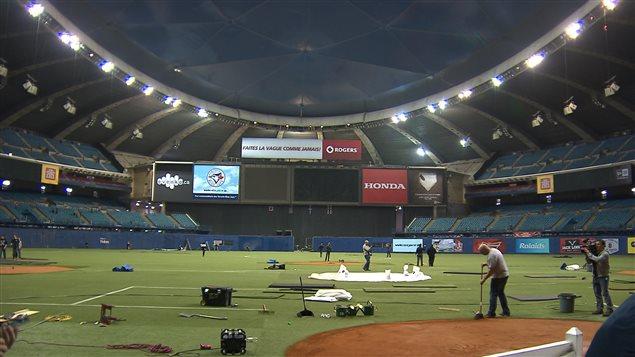 Des travailleurs sont à pied d'oeuvre au Stade olympique en prévision des deux matchs de la fin de semaine.