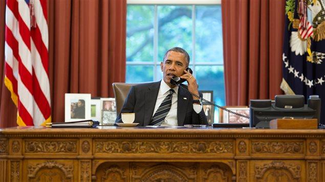 Barack Obama au téléphone dans le bureau ovale de la Maison-Blanche
