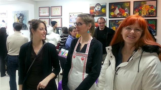 Melsa Montagne, la galériste Adeline Lamarre et Nadia Nadège au vernissage de l'exposition Présentation suggérée