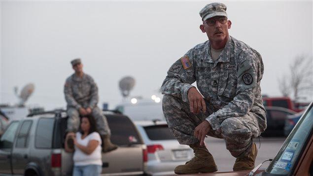 Un sergent de l'armée américaine attend des nouvelles des victimes de la fusillade de Fort Hood, au Texas, le 3 avril 2014. Photo : Tamir Kalifa