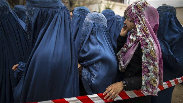 Des Afghanes totalement voilées