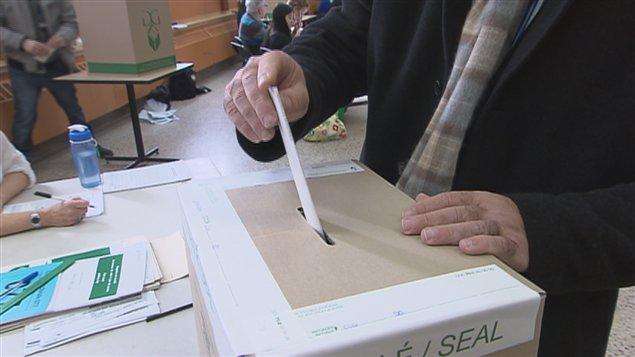 Un électeur dépose son bulletin de vote (archives)