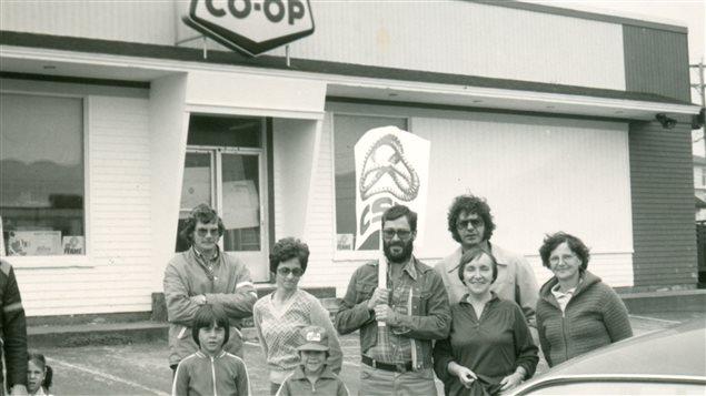 Avec des grévistes et leurs familles devant un magasin Co-op, Îles de la Madeleine (vers 1980). Derrière Simone Voisine, Jean-Yves Lapierre, alors représentant des syndicats des Îles de la Madeleine au Conseil central de la Gaspésie et des Îles de la Madeleine.