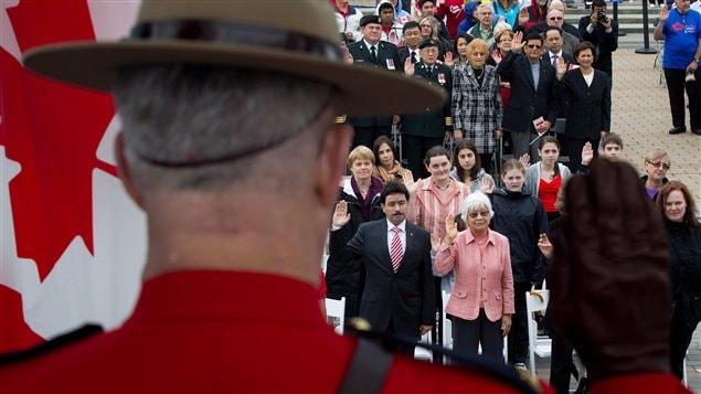 De nouveaux Canadiens prêtent serment lors d'une cérémonie de citoyenneté en 2012.