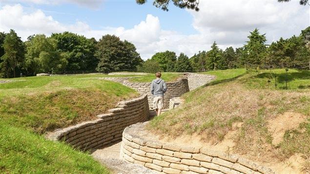 Un touriste visitant le parc commémoratif du Canada à Vimy.