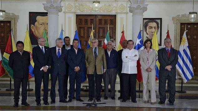 Guillermo Aveledo (centro) lider de la oposición en Venezuela con los cancilleres de UNASUR en Caracas, Venezuela.