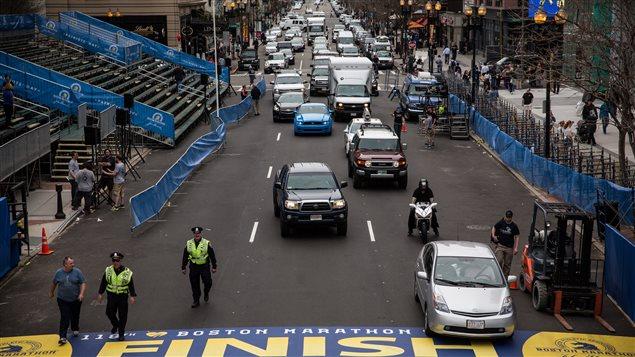 Les policiers vérifient les alentours de la ligne d'arrivée une semaine avant le marathon de Boston qui a lieu le 21 avril 2014