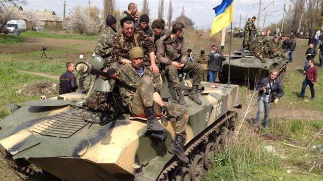 مصفحات أوكرانية محاطة بموالين لروسيا