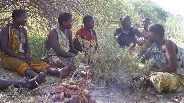 Des femmes hazda font cuire des tubercules.