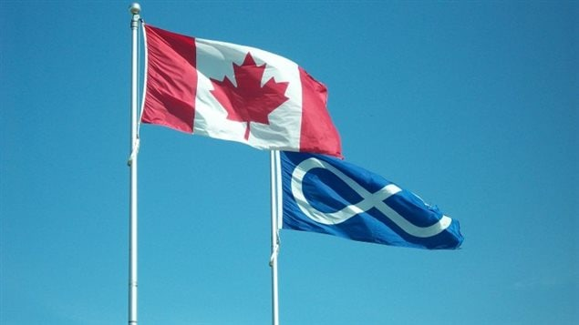 Drapeau du Canada et drapeau métis