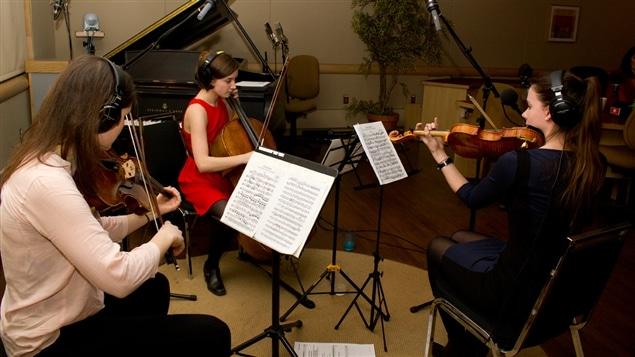 Le trio Michèle-Andrée Lanoue en pleine prestation.