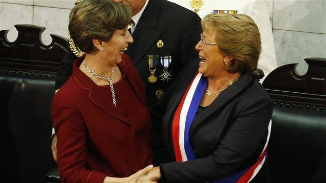 La presidenta del Senado, Isabel Allende y la presidenta de Chile, Michelle Bachelet, el día de la juramentación para su segundo mandato.