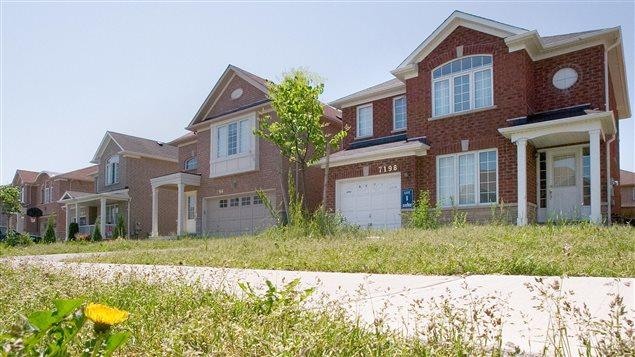 Maisons d'un quartier habité par la classe moyenne à Mississauga, en banlieue de Toronto
