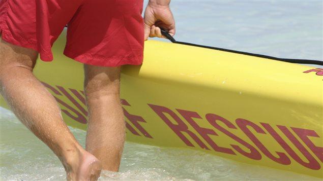 Un sauveteur et sa planche de surf