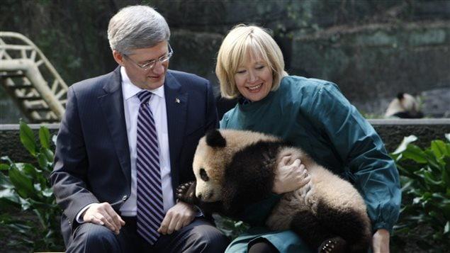 Stephen Harper et sa femme lors d'un voyage diplomatique en Chine, en 2012. Le panda sera prêté par la Chine au Canada pour les dix prochaines années.