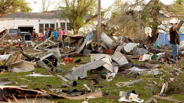 Des résidents de Quapaw constatent les dommages provoqués par le passage d'une tornade en avril 2014