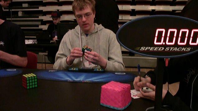 Antoine Cantin, 15 ans, champion de résolution à une main du cube Rubik.