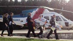Une victime de la fusillade arrive à l'hôpital général de Victoria.