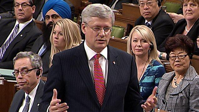 Le premier ministre Stephen Harper, à la Chambre des communes, répondant à une question du chef du NPD, Thomas Mulcair sur pourquoi le gouvernement cherche à obtenir des informations privées sur autant de Canadiens.