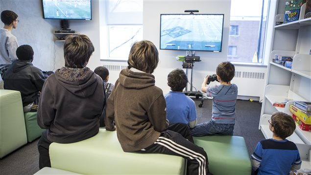Des jeunes participant à une séance de jeux vidéos dans une bibliothèque de Montréal