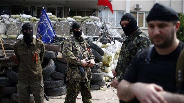 Des militants prorusses à Mariupol, dans l'est de l'Ukraine.