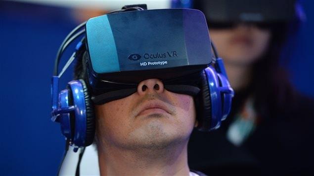 Un jeune fait l'essai d'un masque de réalité virtuelle Oculus.