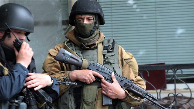 Des membres de la Garde nationale tiennent un point de contrôle près de Sloviansk, dans l'est de l'Ukraine.
