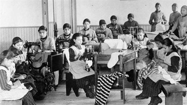 Des élèves d'un pensionnat autochtone de Fort Resolution, dans les Territoires du Nord-Ouest, sont vus dans une photo d'archives.