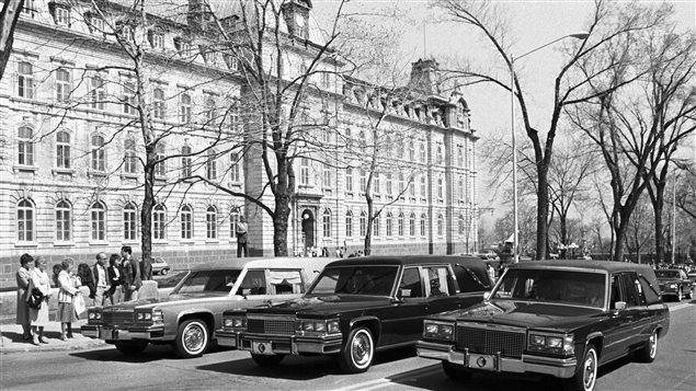 Les corbillards devant l'Assemblée nationale transportant les corps des trois victimes tuées lors de la tragédie du 8 mai 1984.