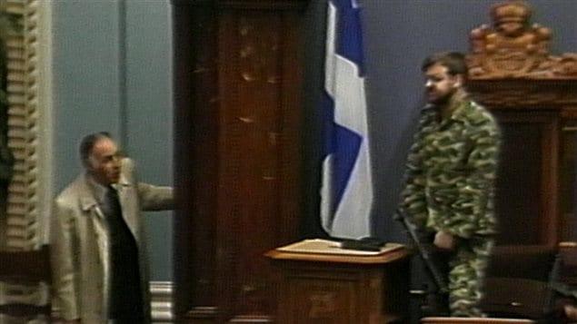 Le sergent d'armes René Jalbert intervient pour convaincre Denis Lortie de mettre fin à la fusillade.